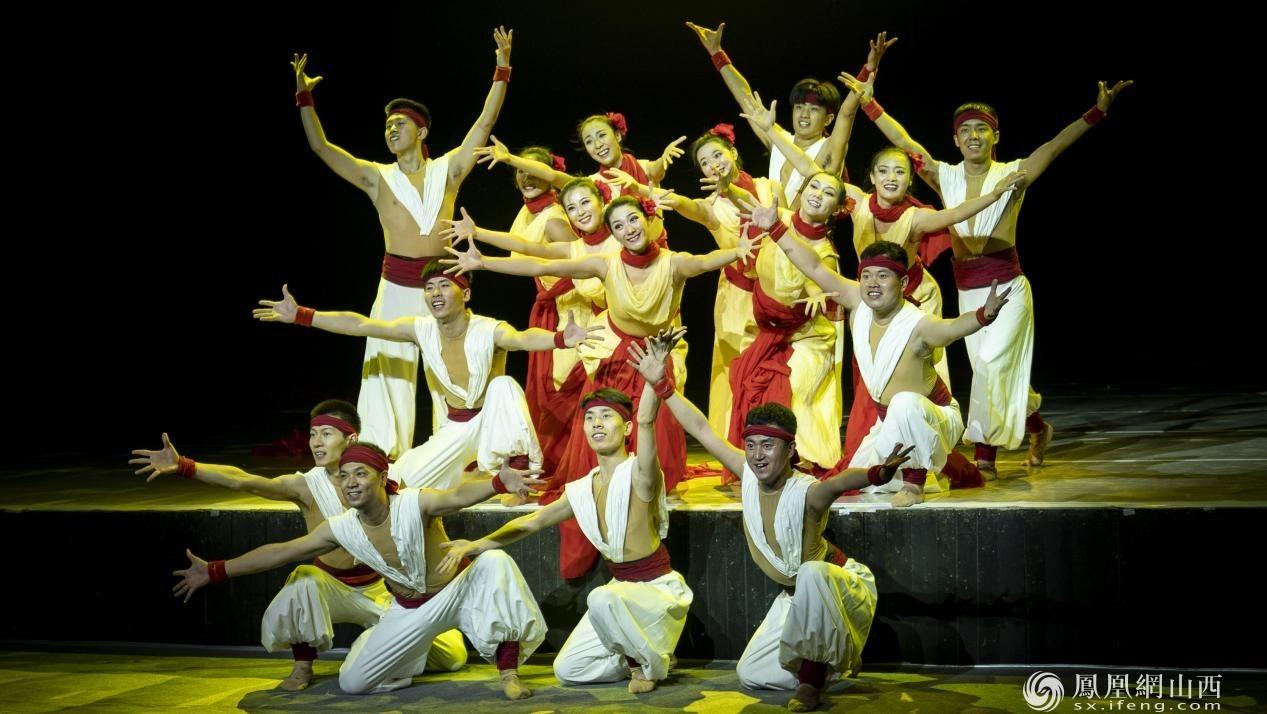 图为第三乐章第一幕《红绸舞黄河》