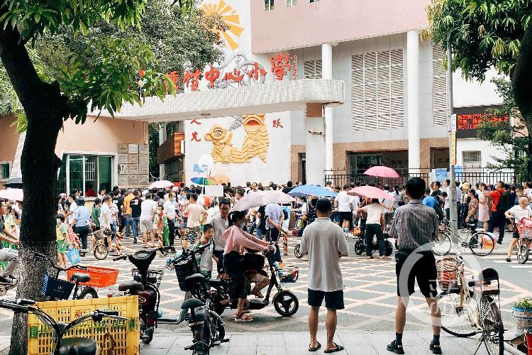【湛江炮兵社区app】_广州一小学外5名学生幼儿被砍伤 嫌犯被控制前曾刀架脖子威胁自残