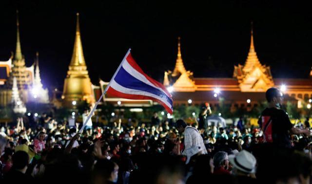 泰国爆发6年来最大规模反政府示威,要求总理下台、王室改革
