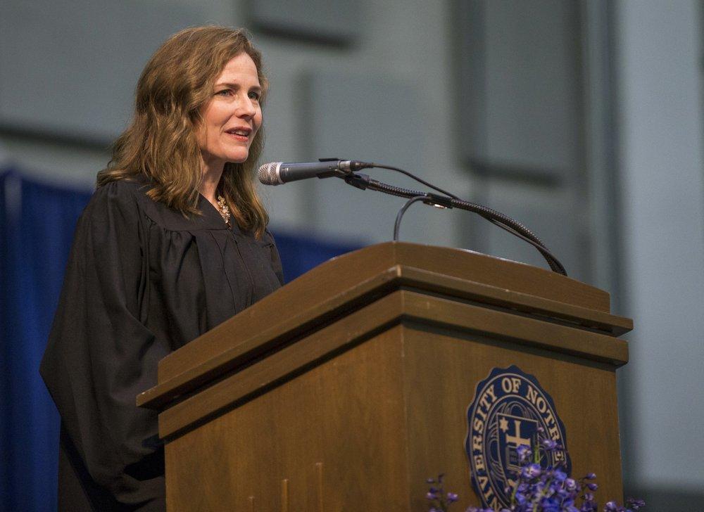 巴雷特2018年在印第安纳州圣母大学法学院的毕业典礼上发表讲话。美联社