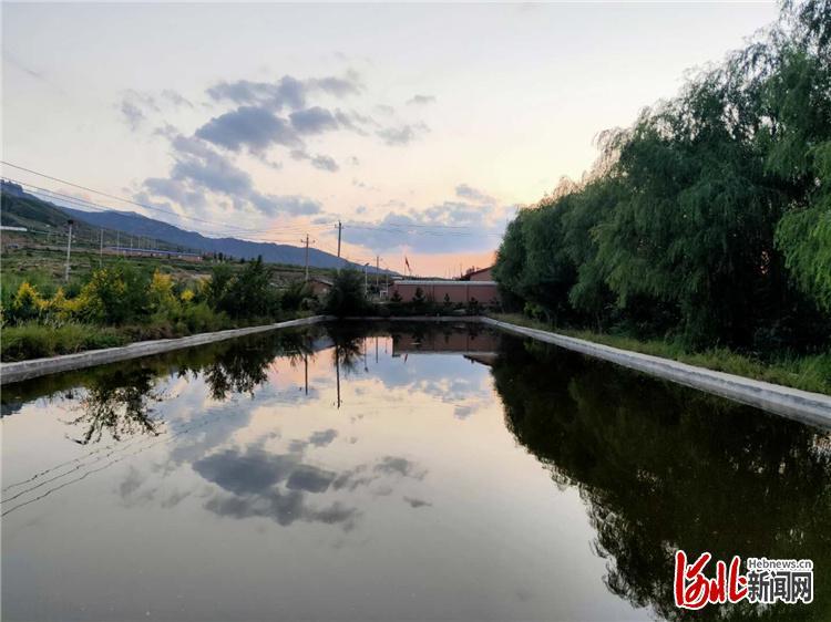 解决了吃水难题后,窑儿沟村还修建了鱼塘。 河北日报记者赵海江摄