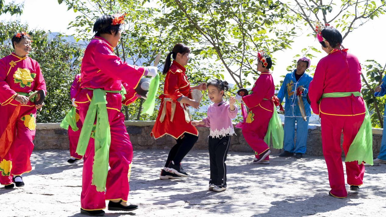 图为塔尔坡古村民俗演出