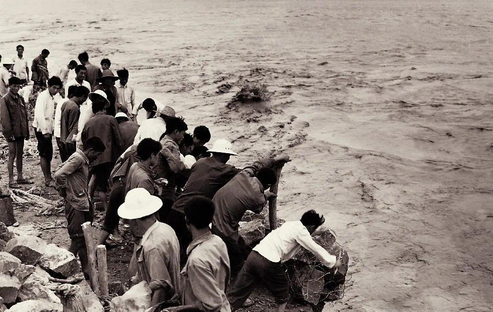 ▲这是1982年群众迎战黄河大洪水的资料照片。