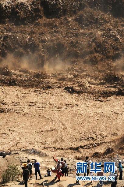 ▲8月26日,游客在黄河壶口瀑布景区游览。新华社记者 马毅敏 摄