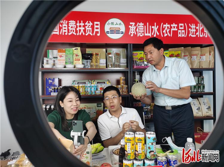 图为郭安治(右一)正在直播间向网友推介八顷村的玫珑瓜。河北日报记者陈宝云摄