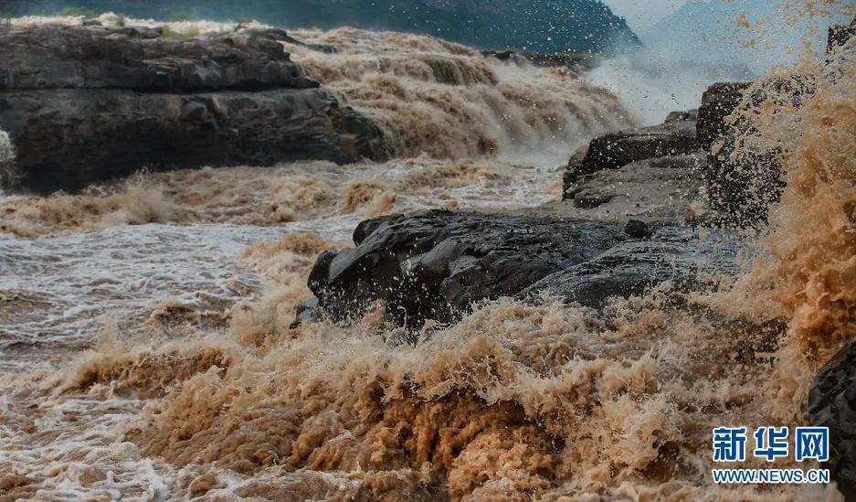 """▲7月8日,位于秦晋大峡谷的黄河壶口瀑布出现""""金色瀑布""""景观。新华社发(赵晓罡 摄)"""