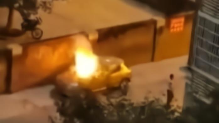 宜昌男子在违停车辆车顶放鞭炮,随后车辆被数人抬走