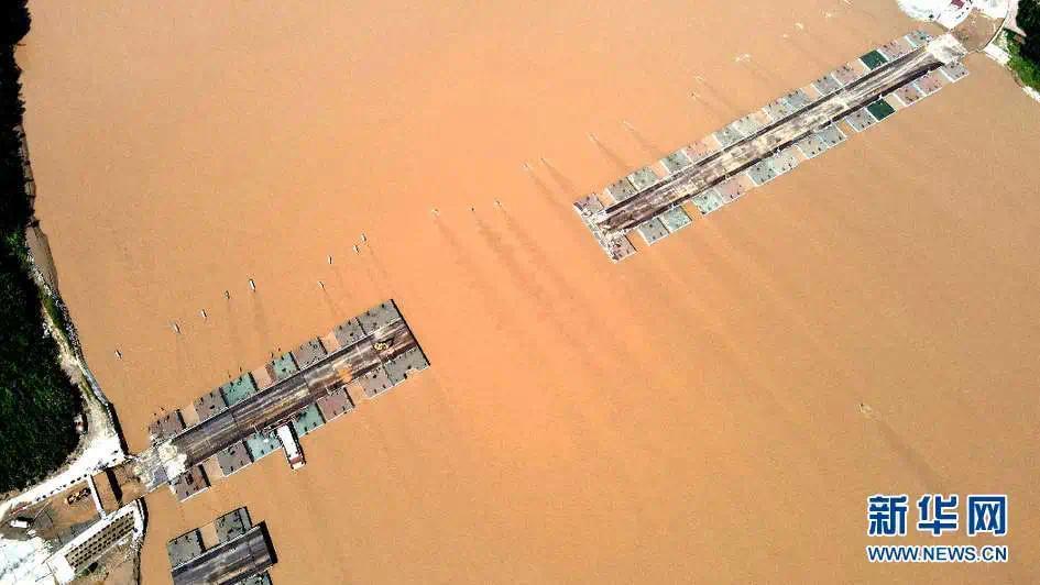 ▲9月11日在山东省滨州市拍摄的正在架设的黄河浮桥(无人机照片)。新华社发(初宝瑞 摄)