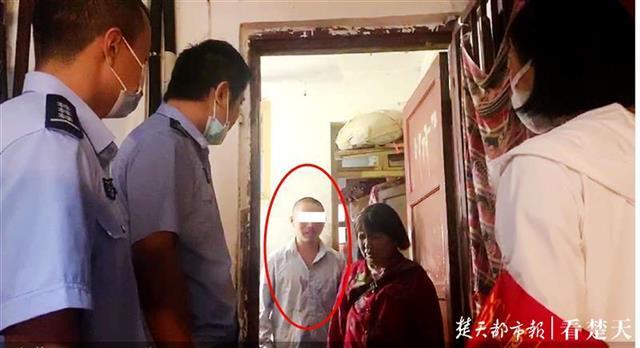 9月19日,为确保智力残障少年安安顺利返家,防止其再次走失,民警陈云飞等人于是驾驶警车专程将智残少年安安送至武汉市江汉区燕北新村小区家中,使其与双眼失明的奶奶团圆。看到孙子时,盲人老奶奶感动得热泪盈眶。