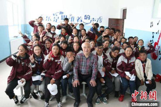 图为赵兴洲和久治县民族中学的学生合影。受访者提供