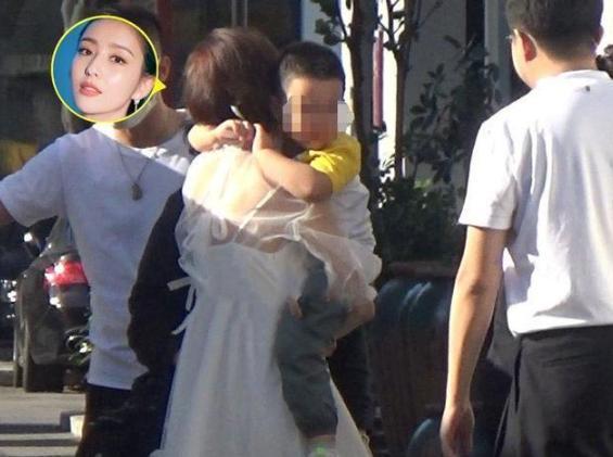 佟丽娅4岁儿子近照曝光,被外公抱在怀中