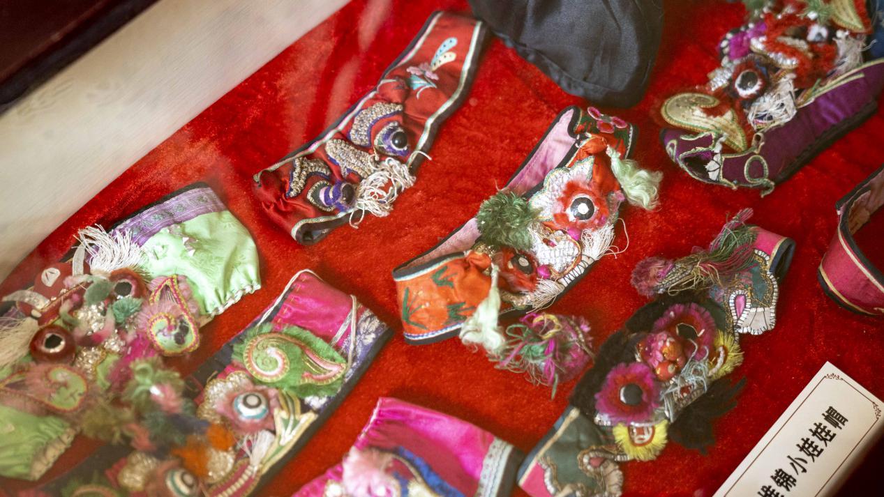 图为塔尔坡古村民俗饰品