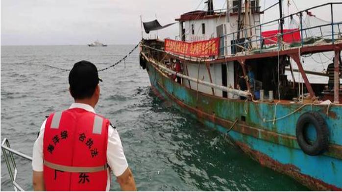 广东省海洋综合执法总队清理大型定置网17600米