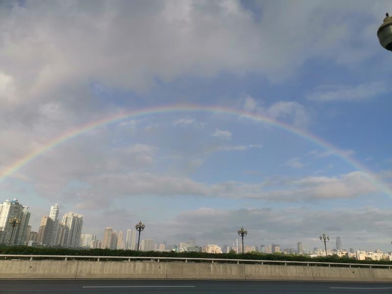 在地面拍摄也只能看到半圆的彩虹。受访者供图
