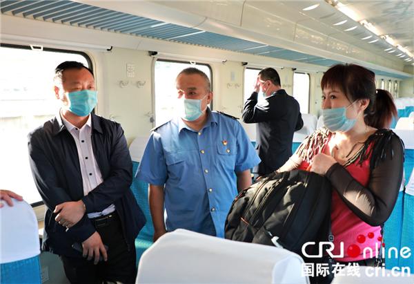 口罩遮不住微笑服务 沈铁客运乘务员用眼神传递温暖