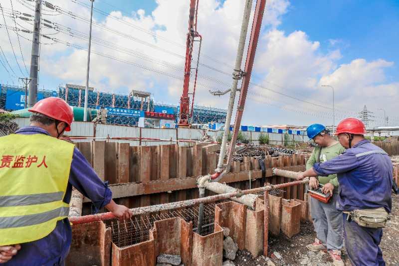图为国网大连供电公司施工人员正在对电缆隧道进行浇筑。
