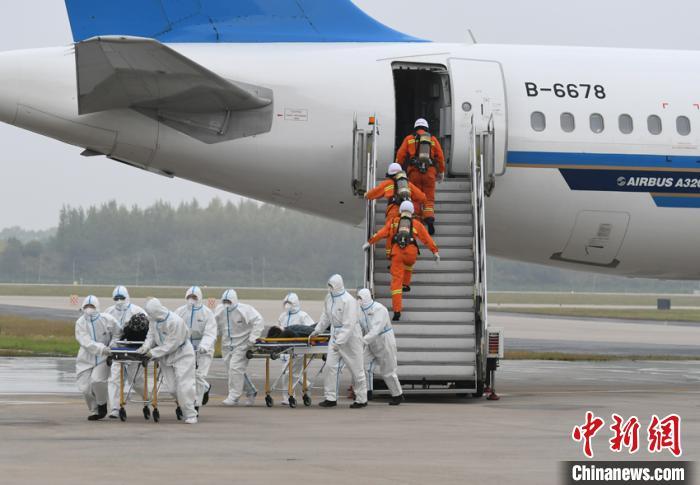 参演单位30余家,参演人数260余人,出动应急救援及保障车辆54台,是长春龙嘉国际机场通航以来规模最大、科目最全、参演人数最多的一次综合性应急演练。 张瑶 摄