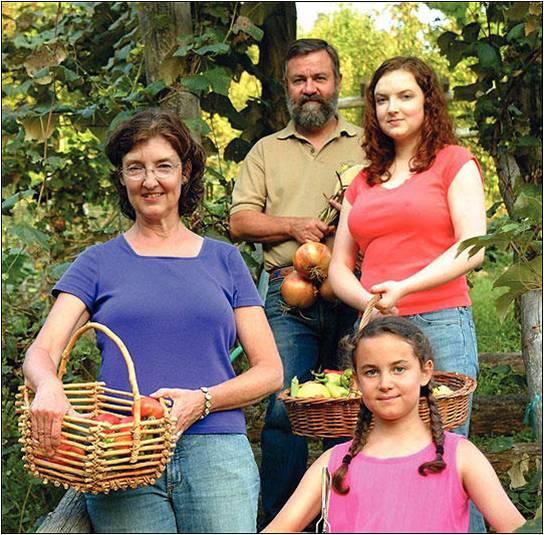 2007年,金索沃和她的丈夫霍普以及两个女儿在农场里(图源:NPR)
