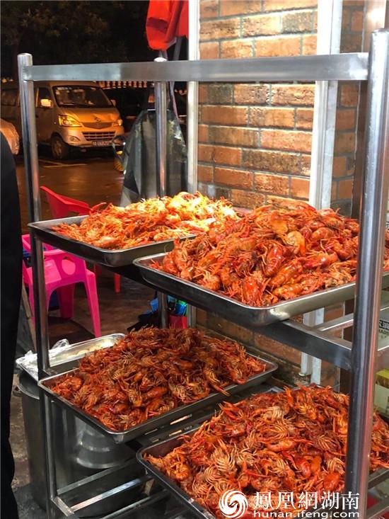 红记美食村摆满了小龙虾。