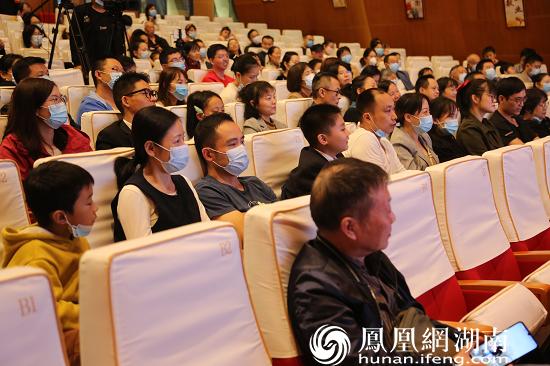 现场观众均在认真听讲座。