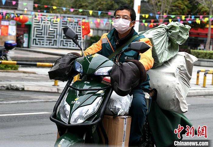 资料图:快递员在福州街头骑车送快递。(资料图片) <a target='_blank' href='http://www.chinanews.com/'>中新社</a>记者 王东明 摄