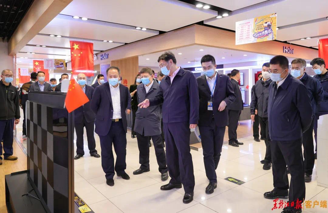 1日,王文涛在苏宁易购中央大街店调研国庆节期间市场消费及促消费措施落实情况。
