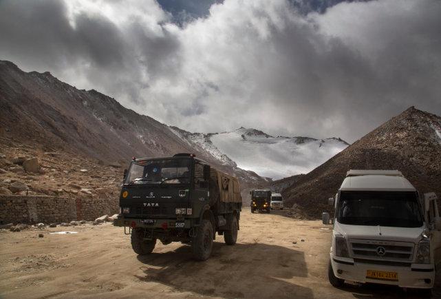 一辆印度军用卡车在拉达克穿越离实际控制线很近的常拉山口