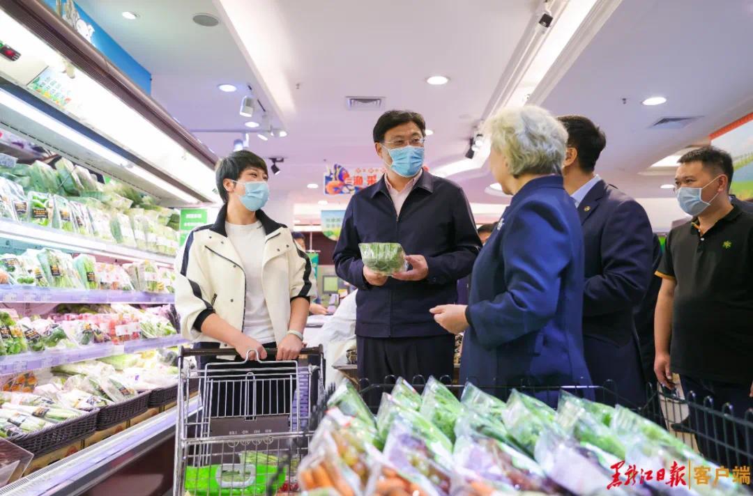 1日,王文涛在中央商城调研国庆节期间市场消费及促消费措施落实情况。