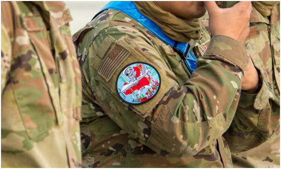 """参加""""敏捷死神""""演习的美军士兵,佩戴了印着中国地图形状红色剪影的臂章。"""