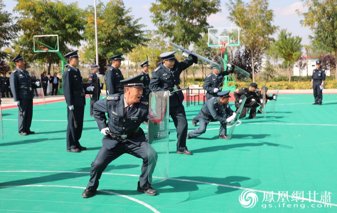 安保人员比拼警棍盾牌操作技能 兰州新区商投集团供图