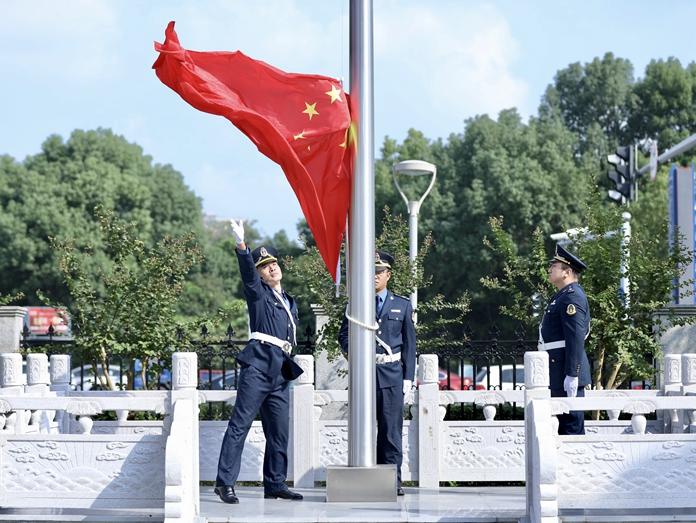 """市交通执法队举行""""迎国庆""""升国旗仪式:我们奋勇向""""双一流""""迈进!"""