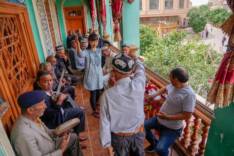 """在新疆喀什古城景区的""""百年茶馆"""",游客和当地茶客边品茶边休闲(5月17日摄)。"""