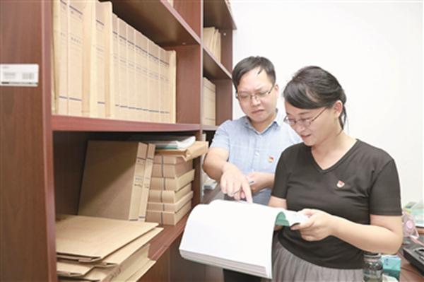 江苏省靖江市严格执行领导干部个人有关事项报告相关规定,加强对申报情况的抽查核实,对存在的问题早发现、早处置。图为该市在开展相关工作。唐尧 摄