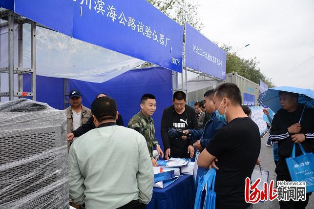 图为2020首届中国·献县建仪建材技术及装备展览会开幕现场。 通讯员彭锦帅摄