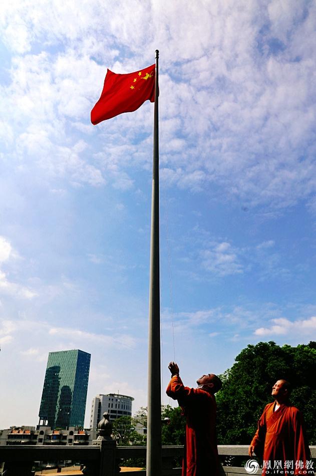 升国旗仪式现场(图片来源:凤凰网佛教 摄影:厦门鸿山寺)
