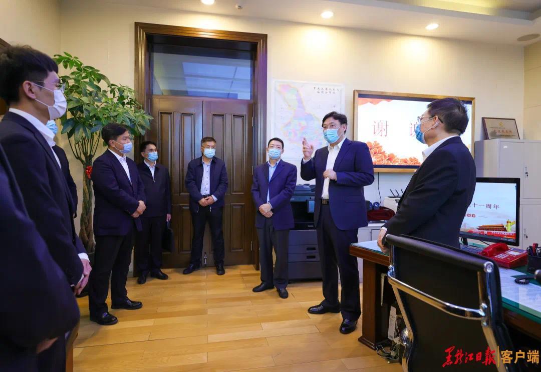 30日,王文涛慰问省政府总值班室干部职工和值班值守人员。