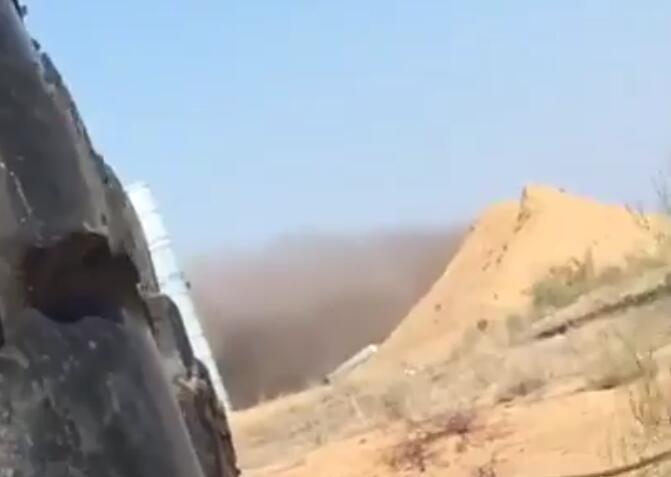 S-400导弹掉落回阵地后冒出黑烟