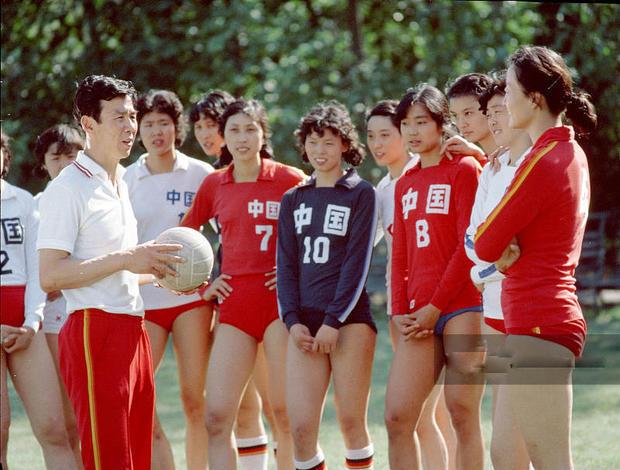 1981年,女排训练时的照片,主教练就是袁伟民