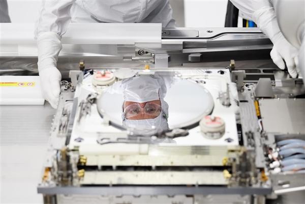 台积电明年底前将累计采购55台EUV光刻机:花费超440亿元