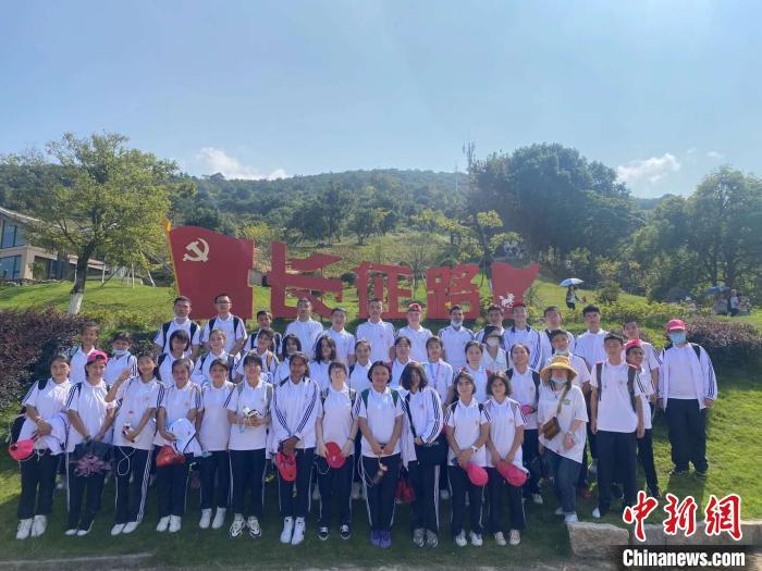 10月3日,在教师的带领下,655名学生兵分四路,前往周边旅游。其中一个班的学生在宁波象山半边山,重走长征路。 校方提供 摄