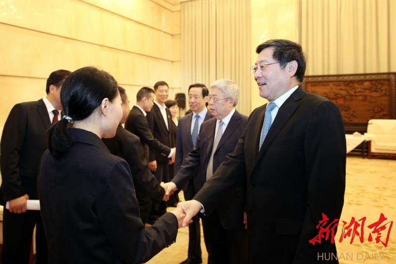 (会前,杜家毫、刘永富、许达哲一行会见了黄诗燕同志家属及先进事迹报告团成员。以上图片均为湖南日报·新湖南客户端记者 罗新国 摄)