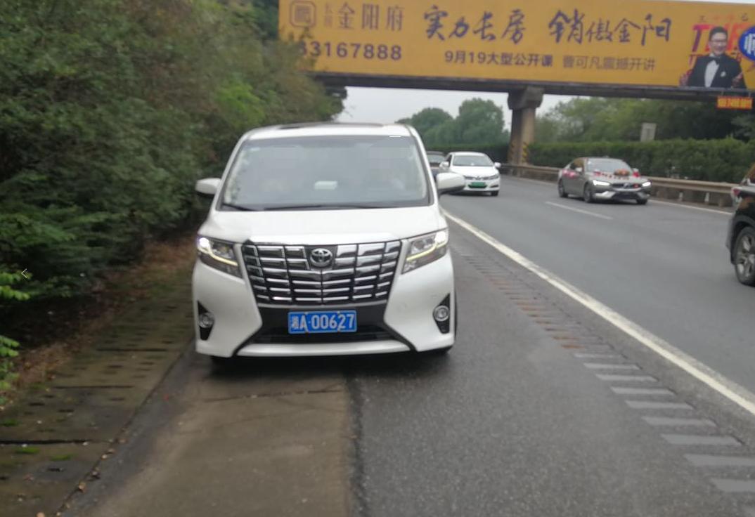 高速公路违法占用应急车道 多辆车被查处!
