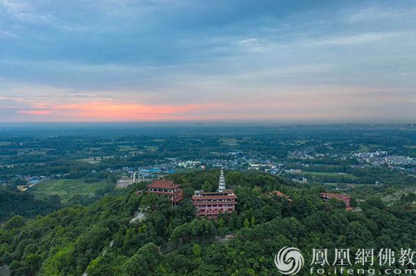 崇州⽩塔寺(图片来源:凤凰网佛教 摄影:于椿根)