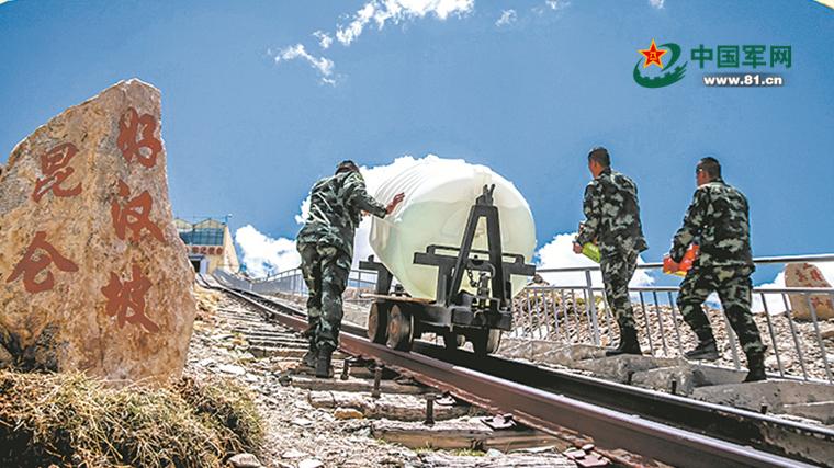 武警官兵驻守世界高海拔最长隧道 想家时就去外面站着