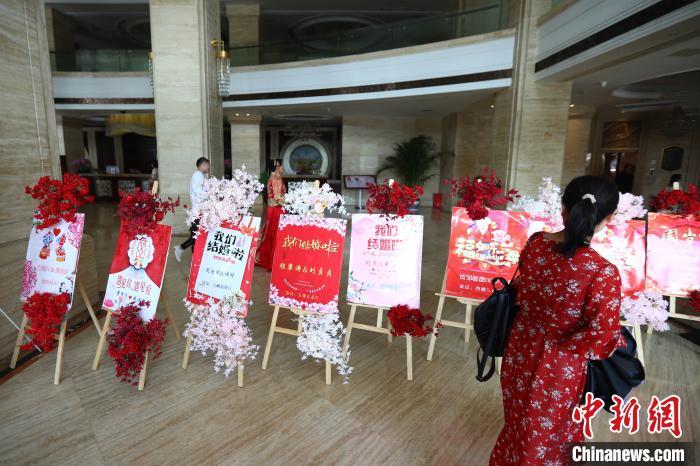 图为10月3日,在江西省上饶市余干县一家酒店,十余个喜宴指示牌在大堂内一字排开。