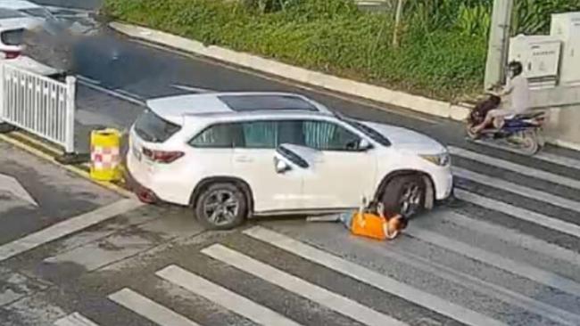 两车发生碰撞后协商未果 司机躺路中间遭车辆碾压