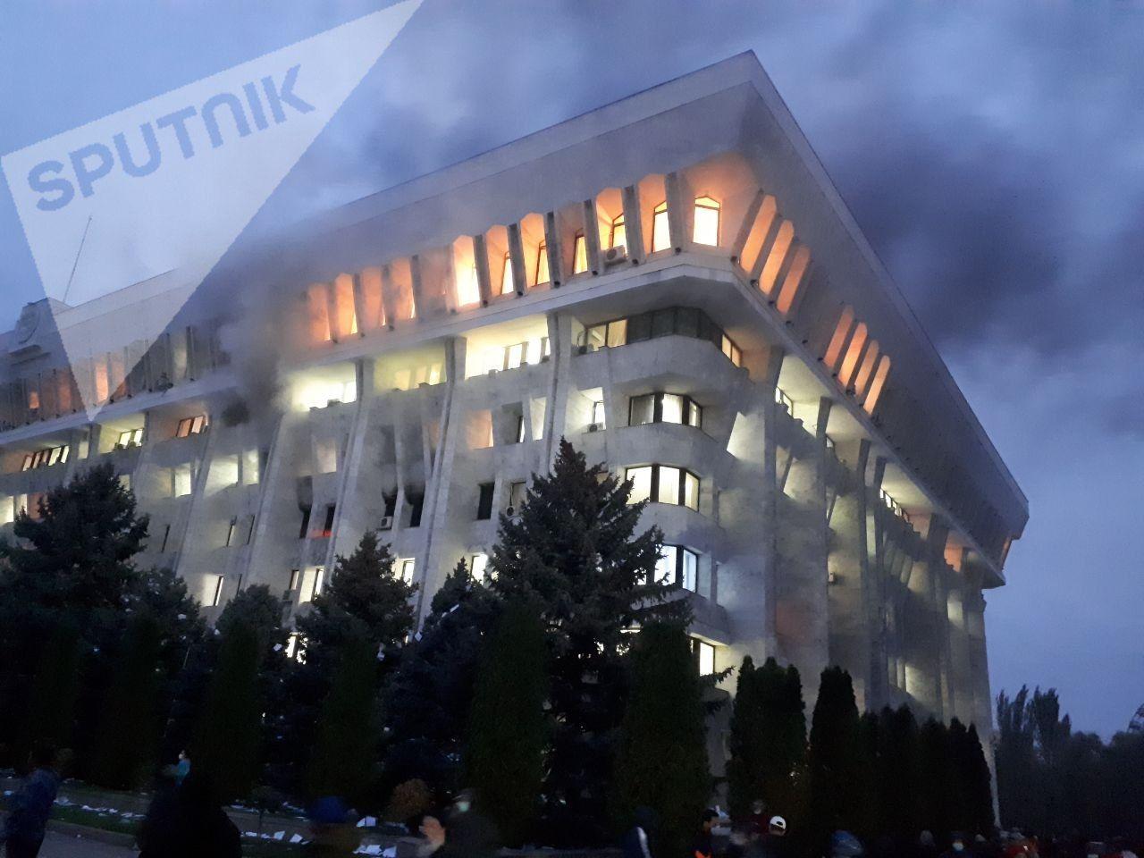 """吉尔吉斯斯坦政局突变 前总统之子带支持者占领政府大楼""""白宫"""""""