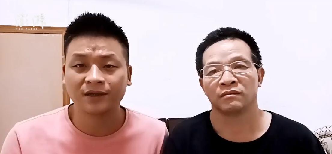 张玉环(右)和儿子张保刚(左)。