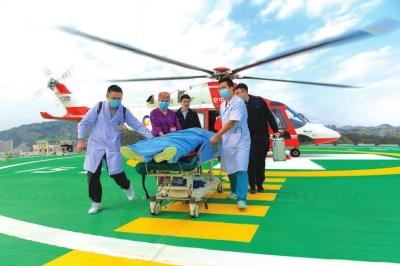 越野爱好者被困沙漠 直升机千里紧急救援