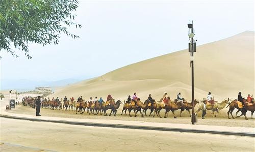游客在甘肃敦煌鸣沙山景区游览 吴林峰 摄